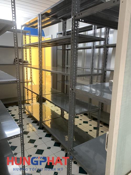 Phân phối kệ kho V lỗ 5 sàn cho khách hàng tại Triệu Việt Vương1