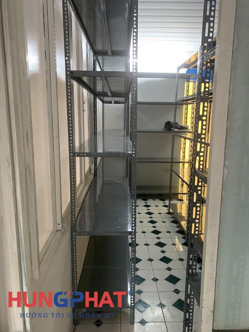 Phân phối kệ kho V lỗ 5 sàn cho khách hàng tại Triệu Việt Vương3